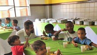 Crianças do Abrigo Lar Luz do Amanhã tiveram almoço especial