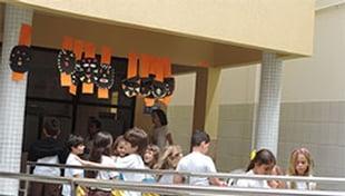 Alunos da Escola Carlos Murion e a escola Colmeia se reúnem para trocar experiências.