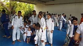 Alunos de ambos os sexos de Jiu-jítsu , (8-14 anos) do CCAPJ-Centro de Cultura e Arte Pai João, setor integrante do Complexo Social Cidade da Luz