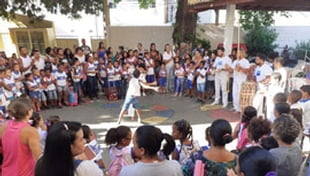 Aula de capoeira na Escola Municipal Carlos Murion