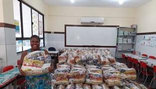 Distribuição de cestas básicas as famílias dos alunos da Escola Carlos Murion